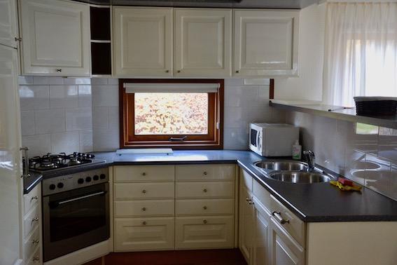 Luxe keuken met inbouwapparatuur en afwasmachine
